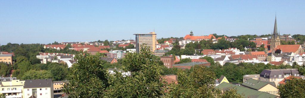 Blick vom Sandberg: Flensburger Rathaus (Hochhaus in der Bildmitte)